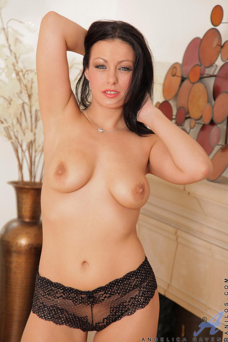 Анжелика Рэйвен показывает свое эффектное тело всем, кто бы хотел лицезреть истинную красоту