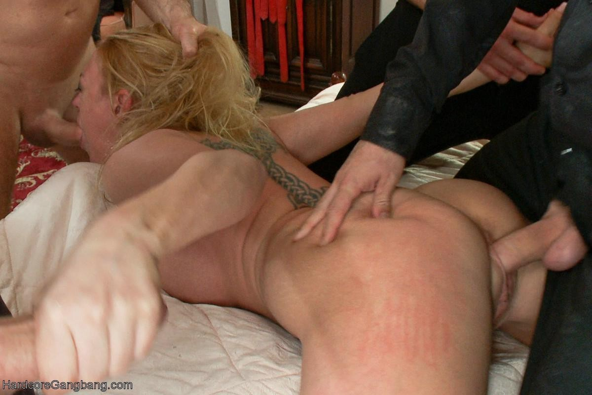 Бедная блондинка с большой попочкой с радостью принимает участие в групповушке