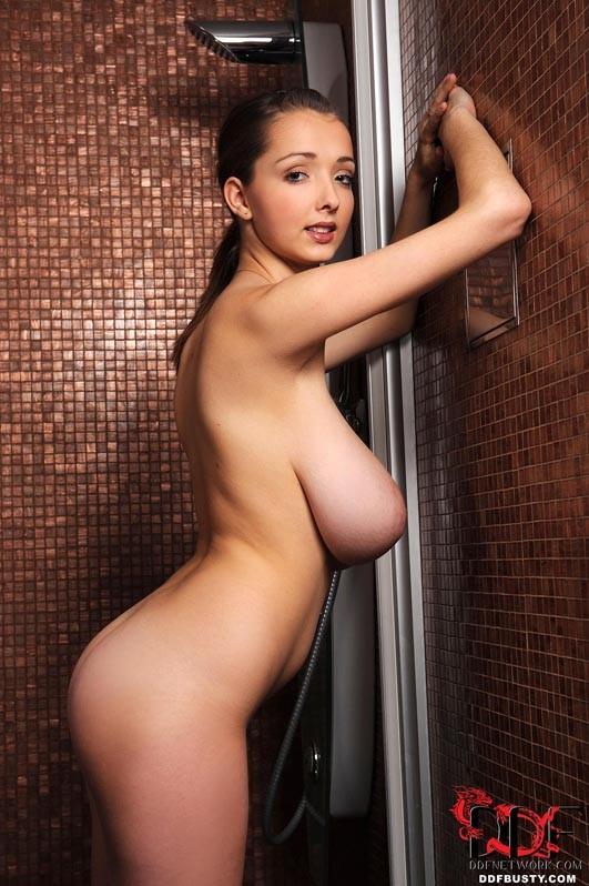 Стройная девушка просто поражает объемом своих грудей – ей позавидуют женщины и захотят мужчины