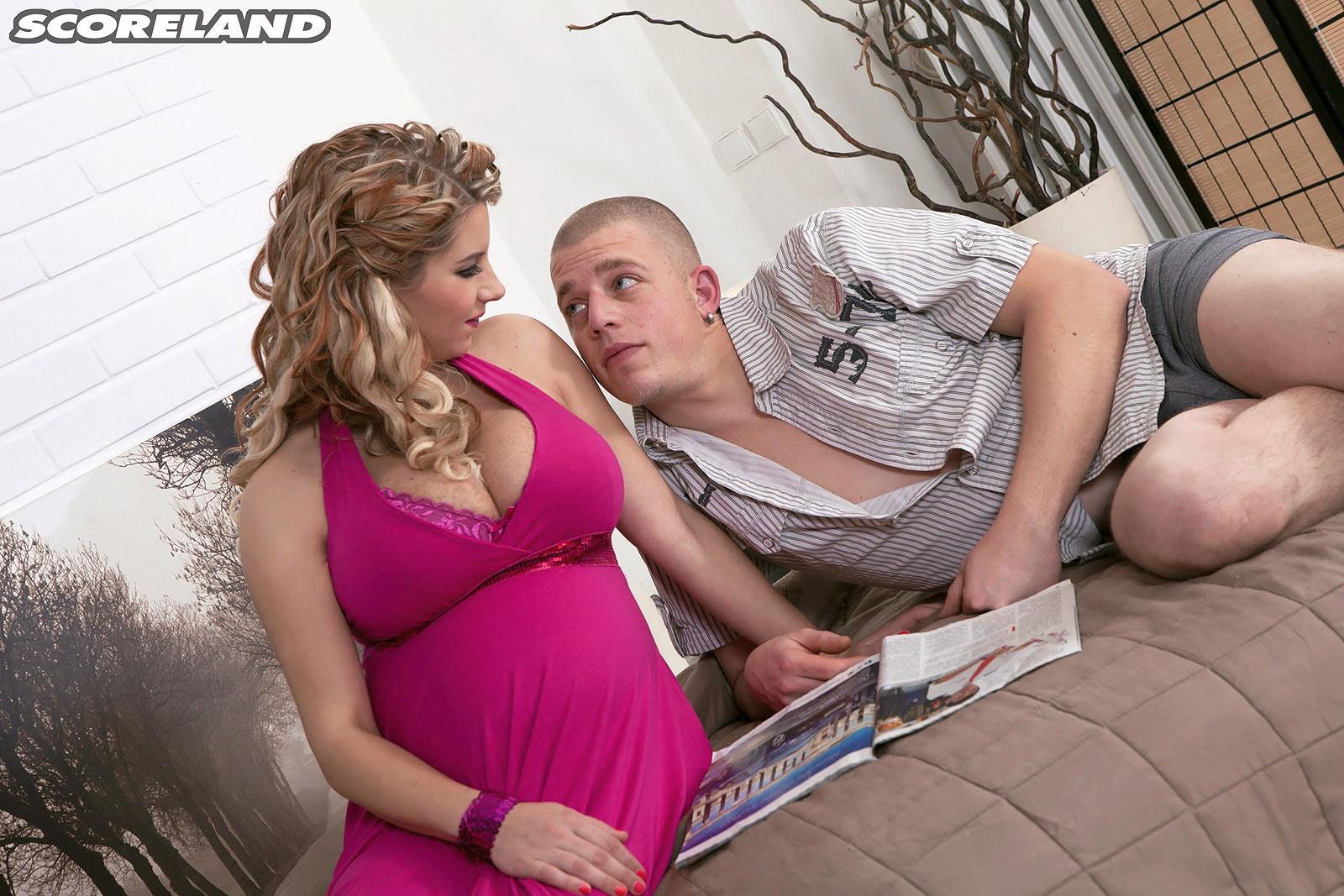 Эффектная беременная девушка соблазняет мужчину и он с удовольствием трахает ею в пизденку