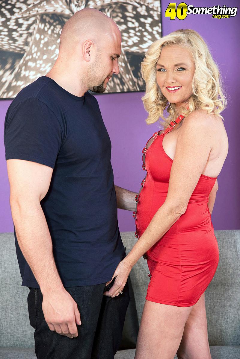 Блондинка наказала своего зрелого мужа который долго гулял на стороне