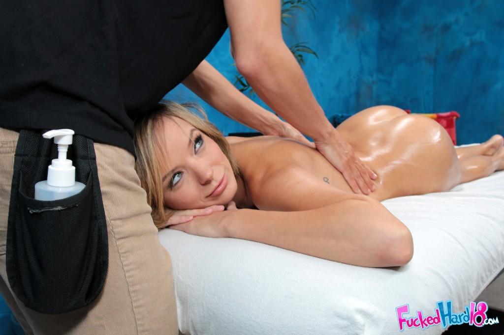 Блондинка приходит на сеанс эротического массажа, ее пизду поливают маслом и дрочат