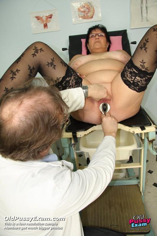 Зрелая женщина приходит на визит к гинекологу и она показывает ему все свои интимные части тела