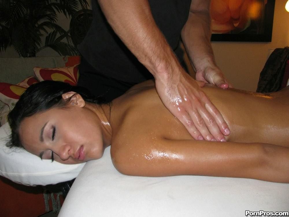 Симпатичная мулатка уснула, пока ей делали массаж, парень раздвинул ей ноги и трахнул спящую телку