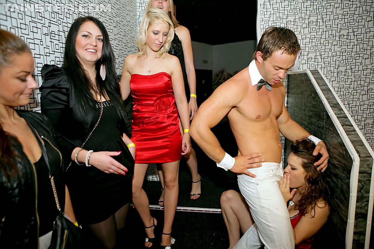 Стриптизер в клубе дает пососать свой стояк голодным девушкам