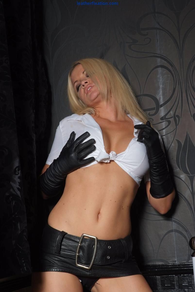 Красивая блондинка выставляет напоказ все свои лучшие части тела, давая насладиться идеальным телом