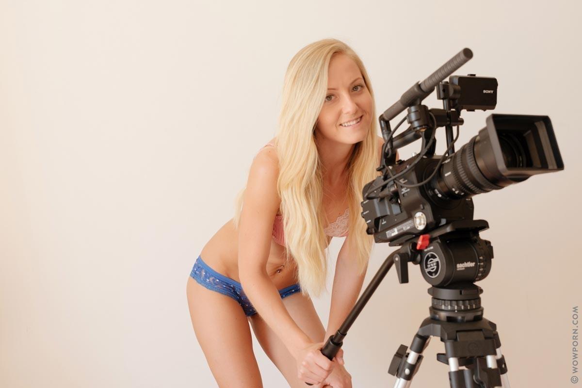Блондинка с абсолютно идеальным телом демонстрирует себя во всей красе, раздевшись перед профессиональной камерой