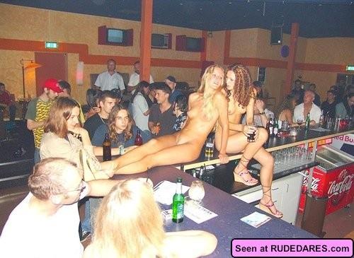 Девушки – нудистки оголяются везде, даже в барах, на стадионах, лестницах и даже в офисе
