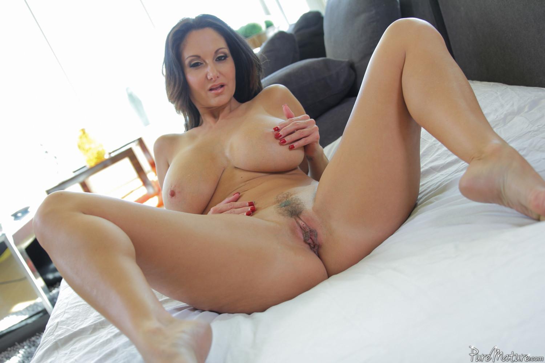 Прекрасный секс со зрелой большегрудой брюнеткой Авой Аддамс