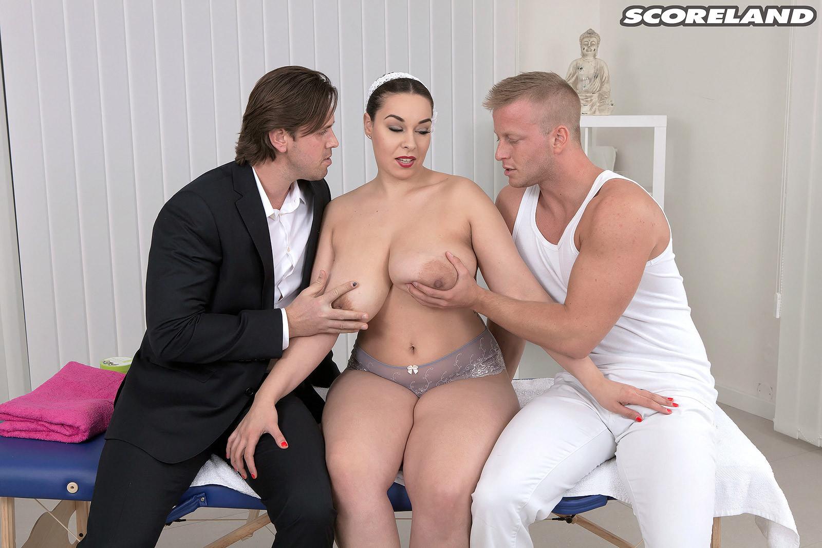 Зрелую бабу с шикарным бюстом решили удовлетворить два массажиста одновременно
