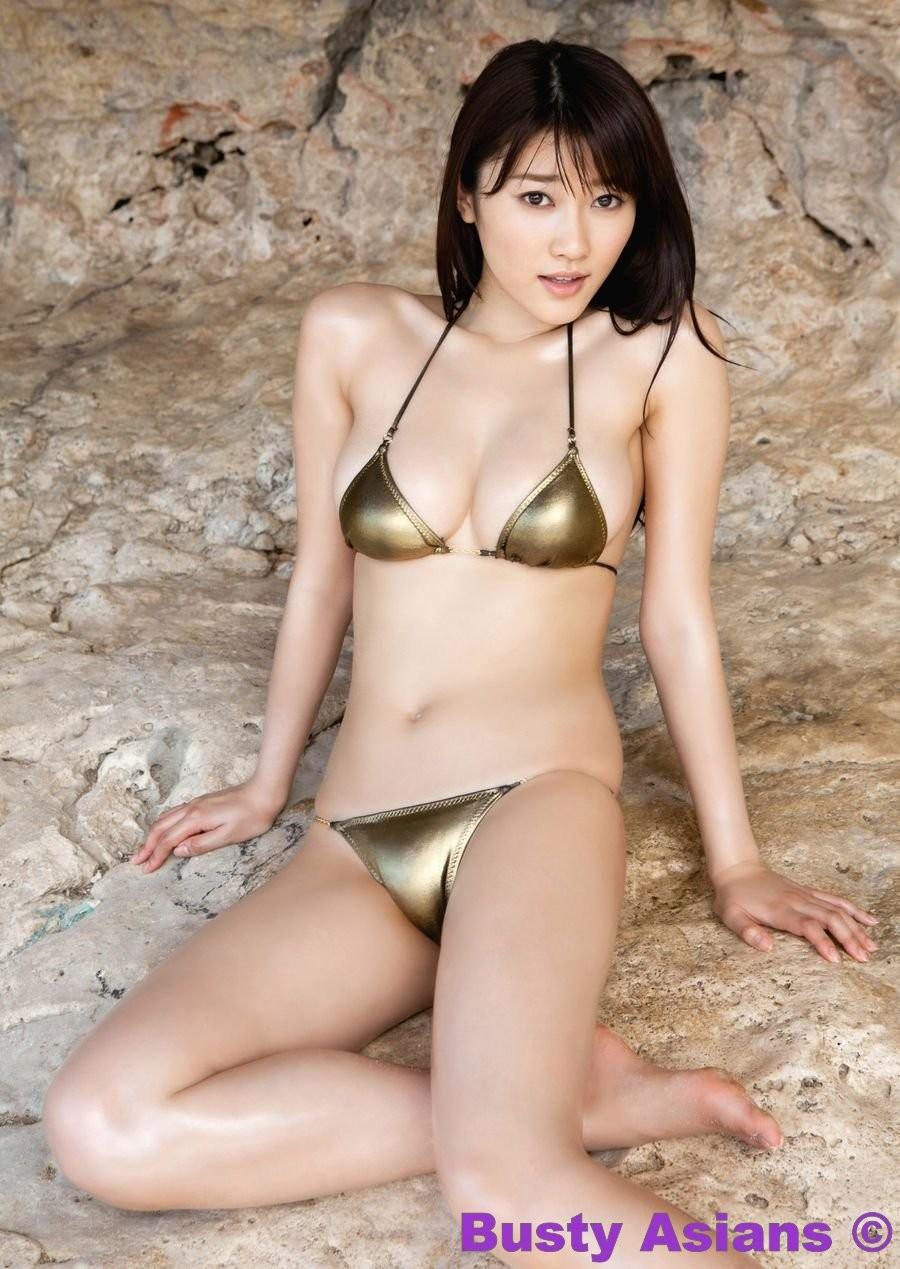 Японская фото модель любит позировать в сексуальных купальниках