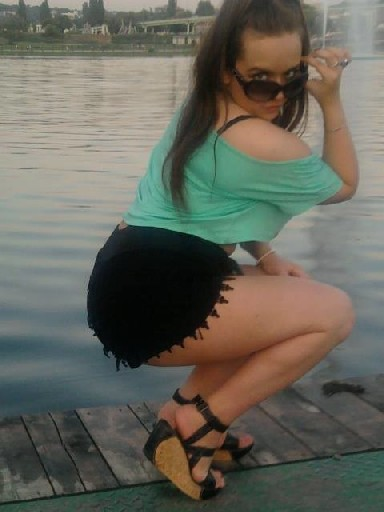Русская брюнетка наделала кучу фото своей огромной попы и выложила в сеть