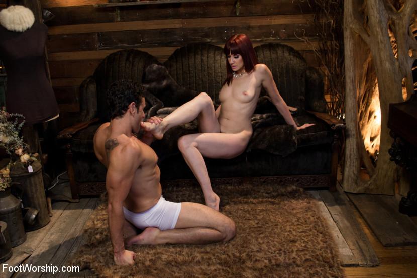 Мужчине очень нравится вылизывать женскую киску и розовые ступни, а между тем трахать в пизду