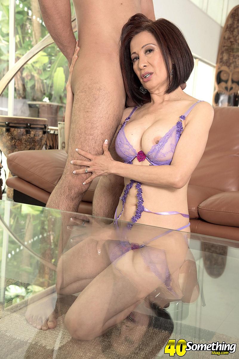 Ким Эн – зрелая женщина, которая очень хочет секса и добивается от молодого мужчины хорошей ебли