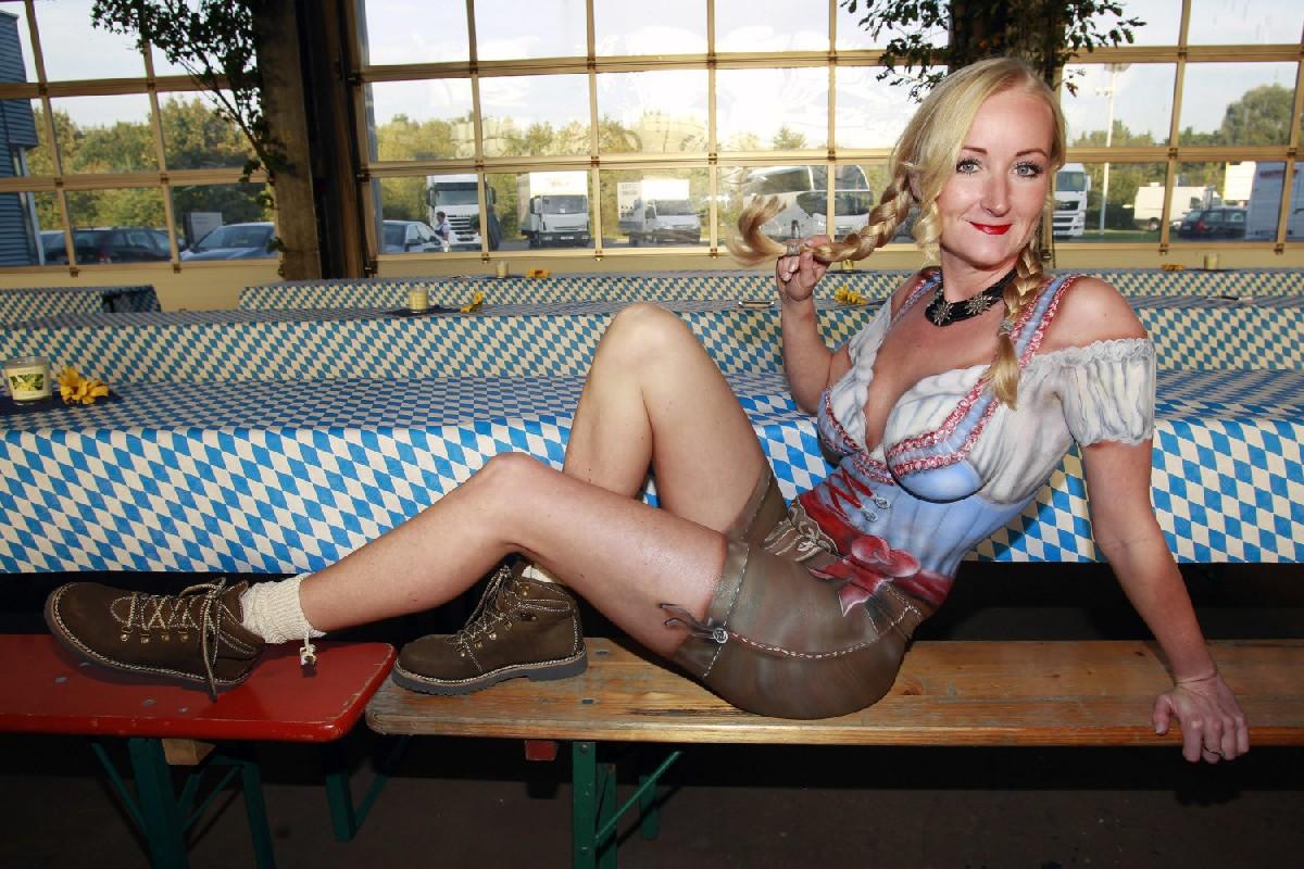 Фото немецких девушек официанток которые славятся своими сиськами
