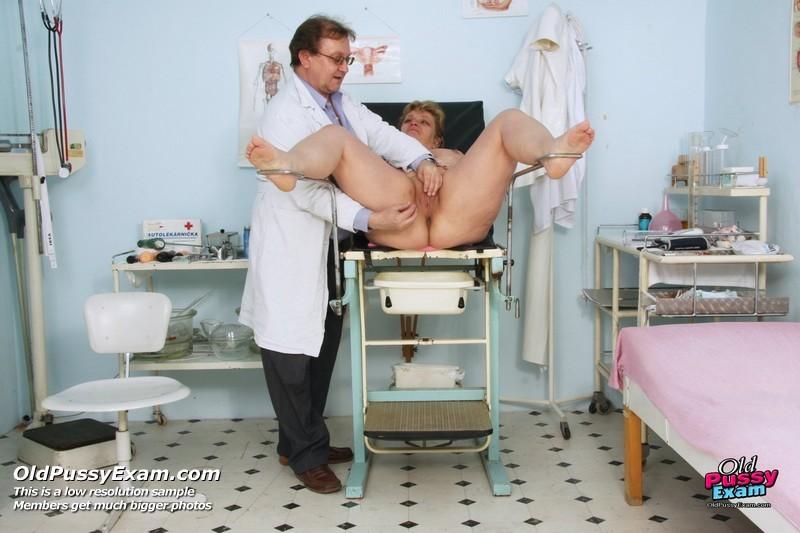 Женщина приходит на осмотр к врачу и не ожидает, что ее так тщательно будет разглядывать мужчина