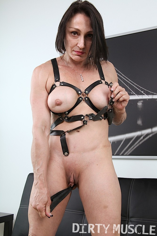 Смелая женщина одевает эротический прикид и демонстрирует свое тело перед камерами