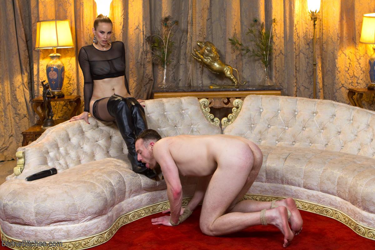 Бэлла Росси любит доминировать - ее партнер исполняет все желания, а затем трахает в пизденку