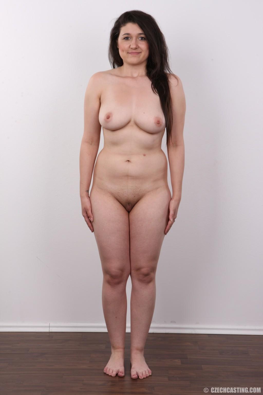 Телка пришла устраиваться на порно работку и сделала немножко фоток в голом виде
