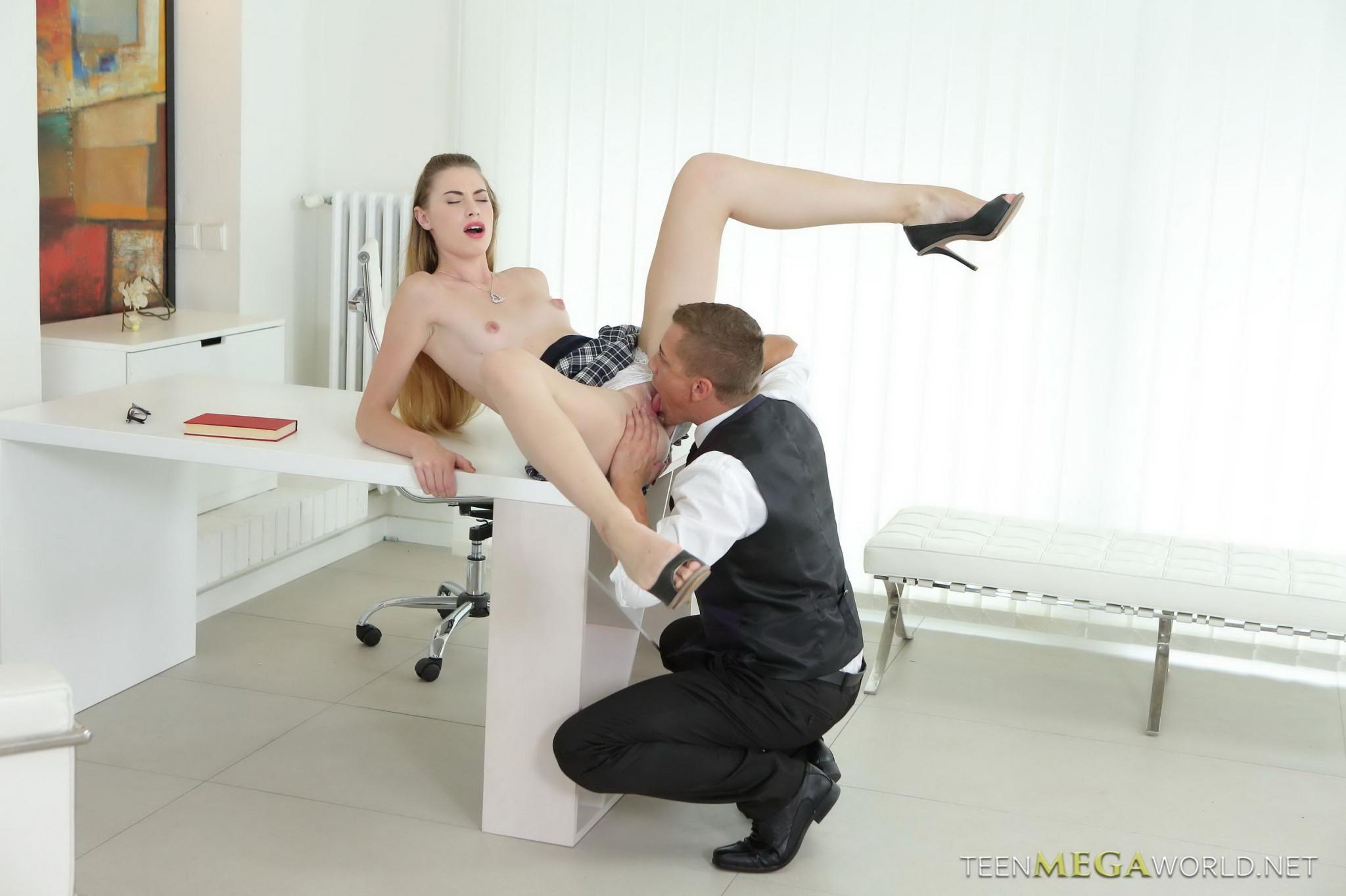 Репетитор учит привлекательную самку не только решать сложные задачи, но и скакать на настоящем мужском органе