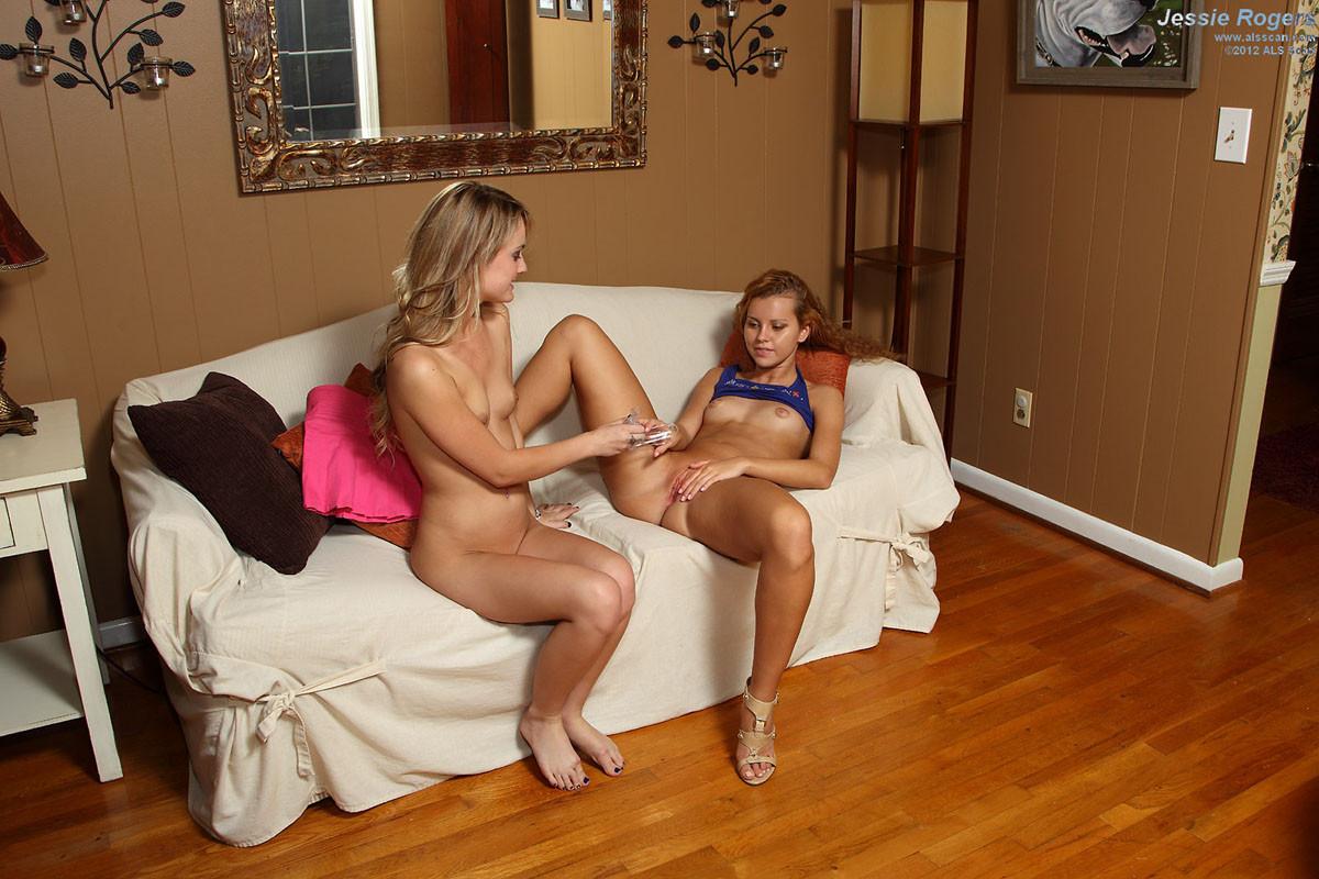 Джесси Роджерс расслабляется на диване и показывает свое молодое тело, вставив в себя интересную штучку