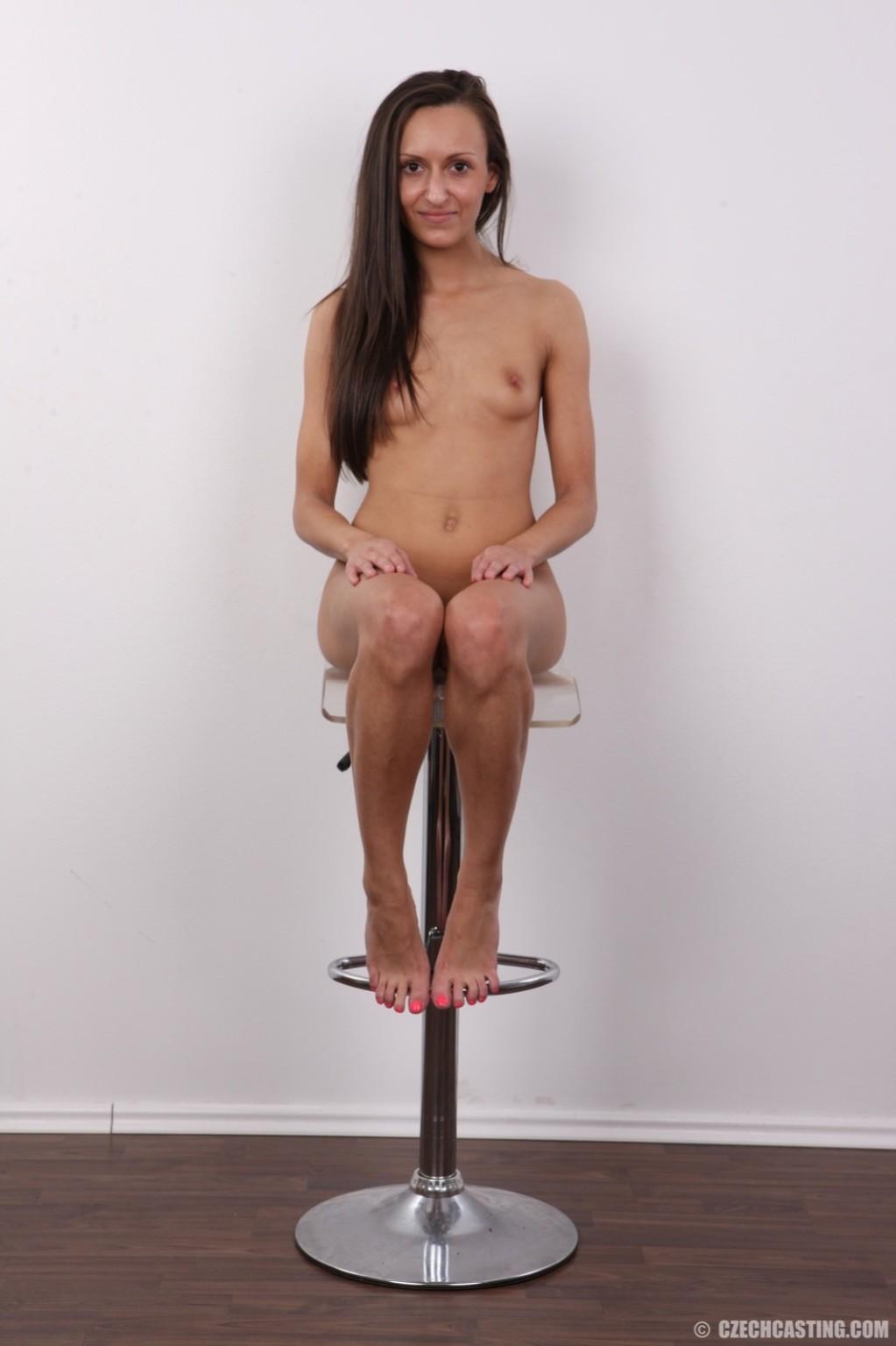 Брюнетка снимает с себя всю ненужную одежду и показывает свое стройное тело без всякого стеснения
