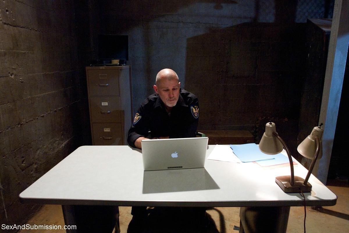 Полицейские допрашивают подозреваемую особенным методом, ей необходимо ответить на все вопросы или киска устанет от порева