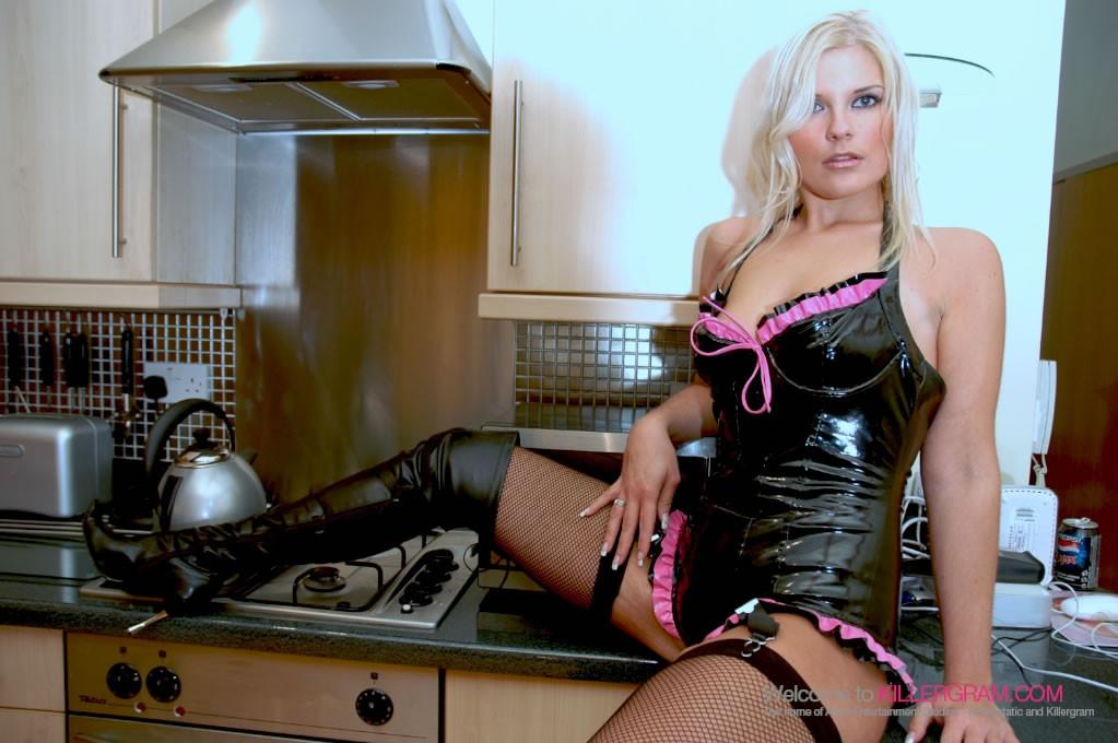 Семми Джей готовила завтрак, пока не пришел мужик не отодрал ее на кухонном столе