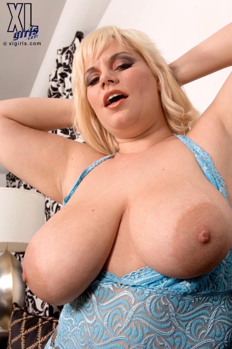 Блондинка в теле показывает свою пышную фигуру, давая себя разглядеть со всех сторон всем желающим
