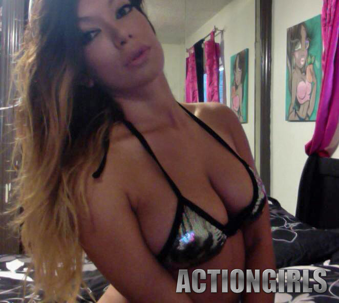 Несравнимая девушка делает серию возбуждающих селфи и позирует перед вебкамерой
