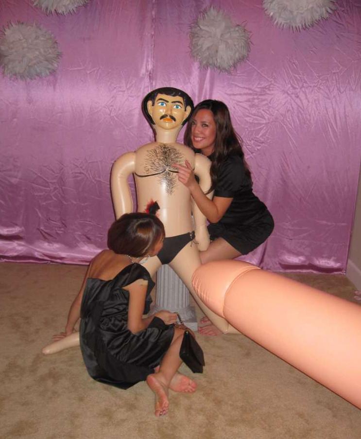 На свадьбе девушки развлекаются с резиновым парнем и делают фото