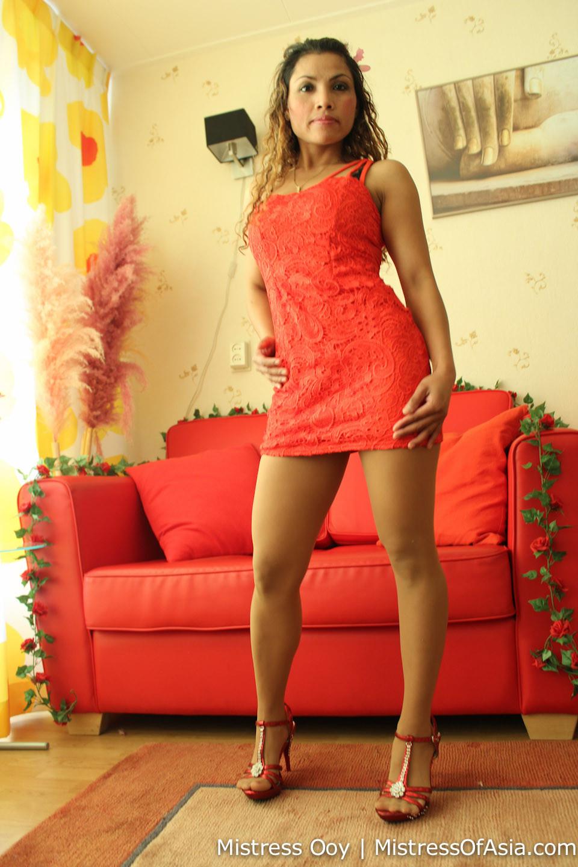 Прекрасная девушка в красивом коротеньком платье красного цвета