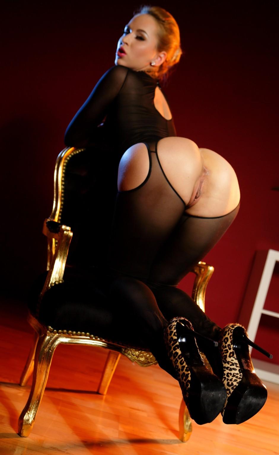 Блондинка лесбиянка садиться на стул, чтобы ее подруга смогла сделать незабываемый куннилингус
