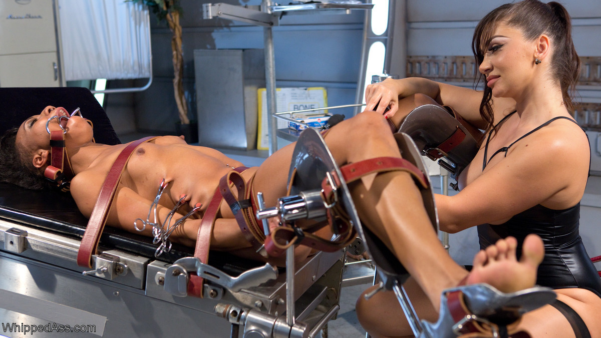 Красивая мулатка пришла на осмотр к гинекологу и была выебана в кресле сексуальной медсестрой