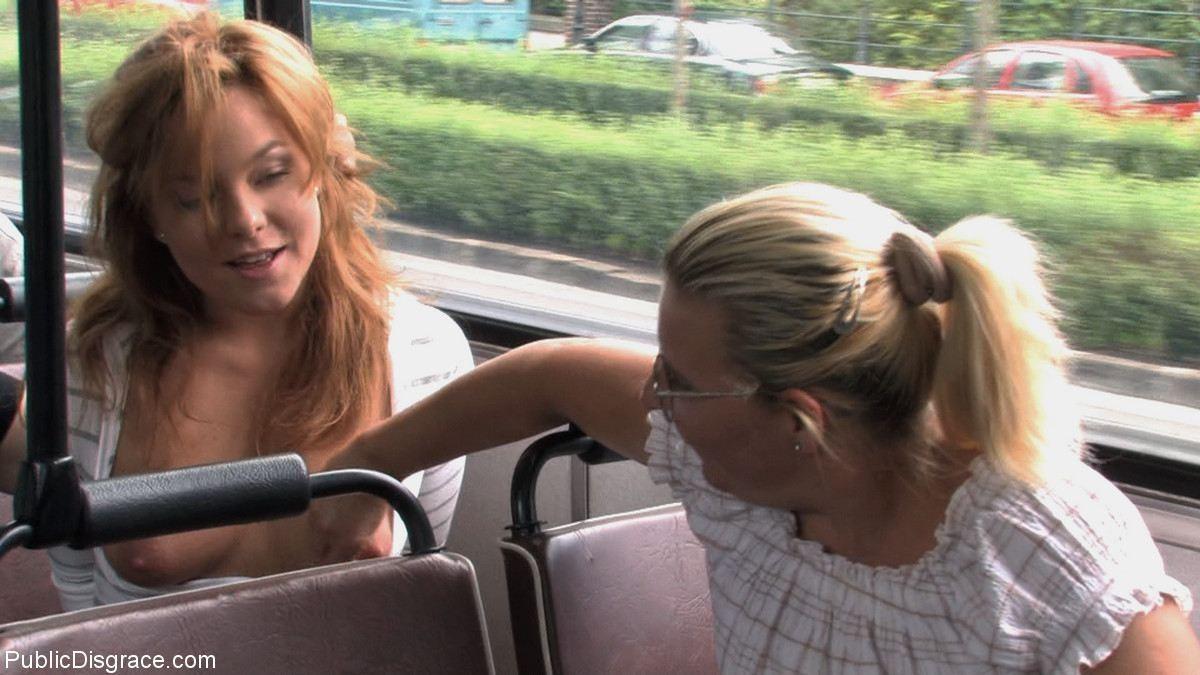 Паренек в автобусе разминает сиськи своей жене и дает другим