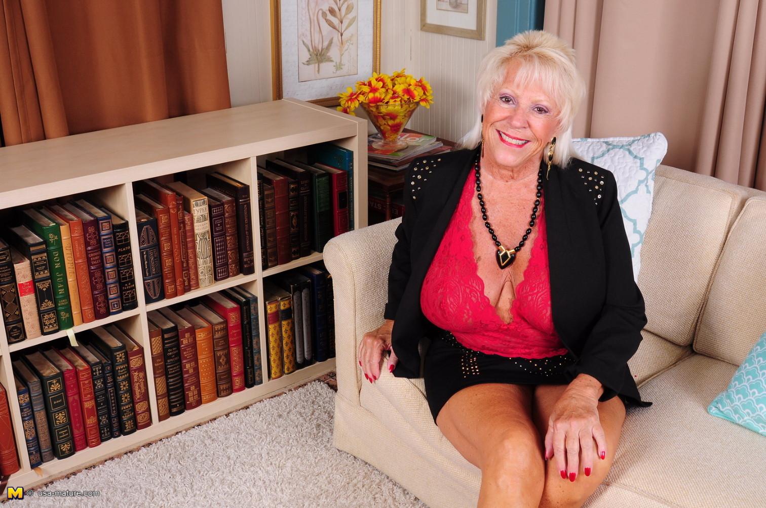 Зрелая американская леди показывает свою большую грудь и светит своими стопами с маникюром