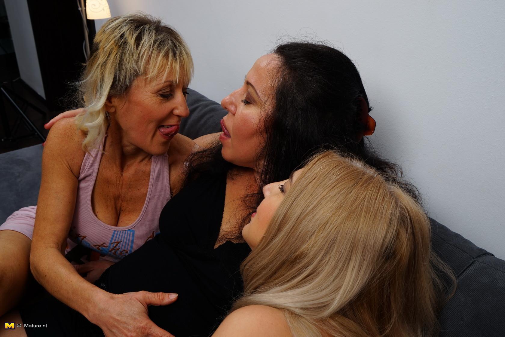 Три дамочки решают развлечься в обществе друг друга, позволяя себе воплощать все фантазии
