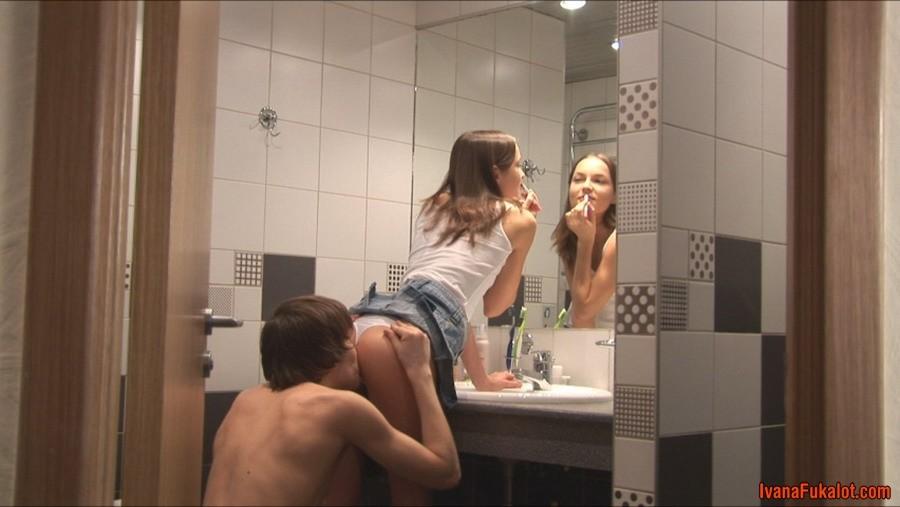 Домашний горячий минет в исполнении молоденькой брюнетки Ivana Fukalot