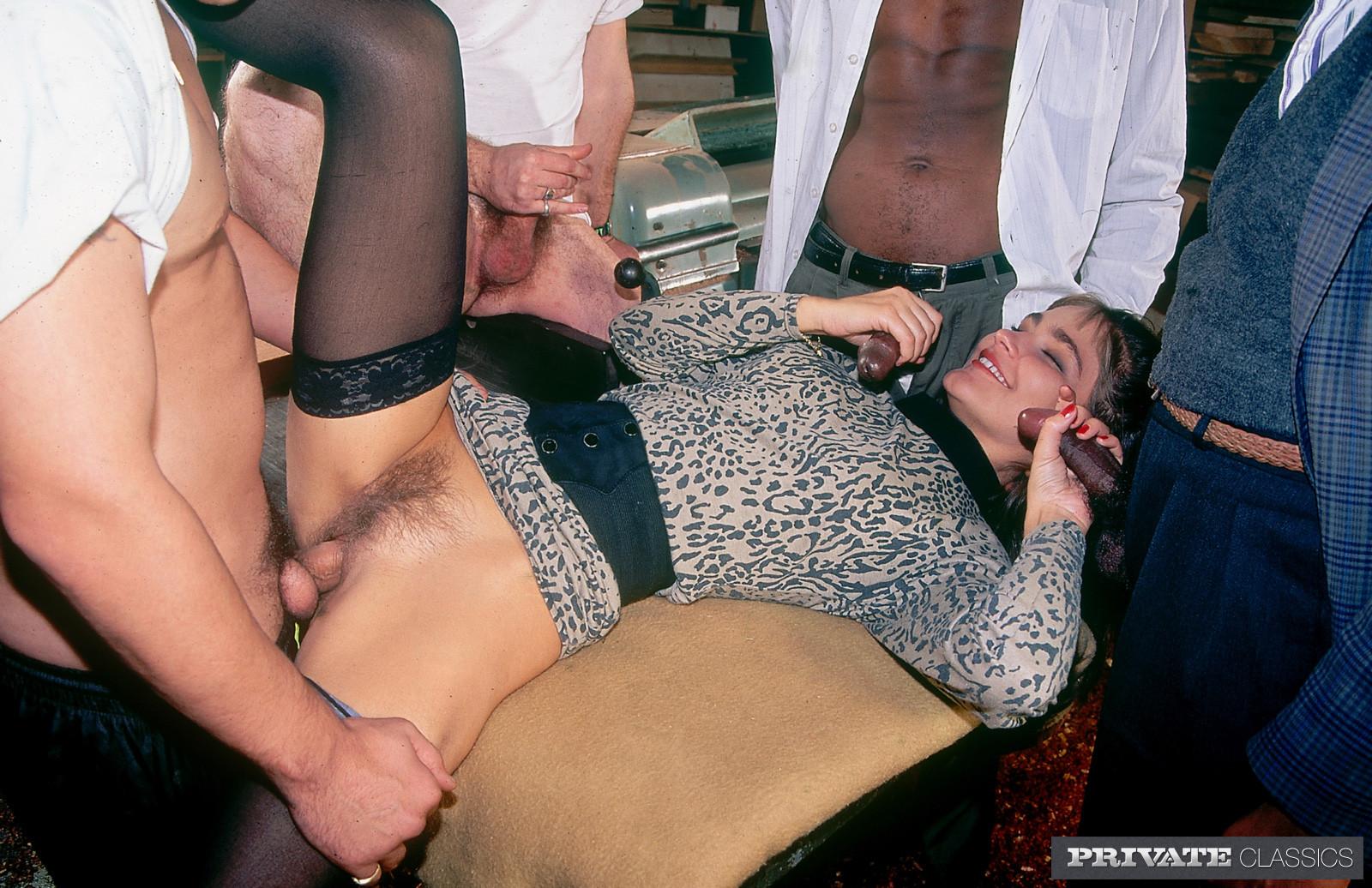 Аннабель ублажает четверых мужчин, позволяя им трахать себя во все щелки – ей это в удовольствие