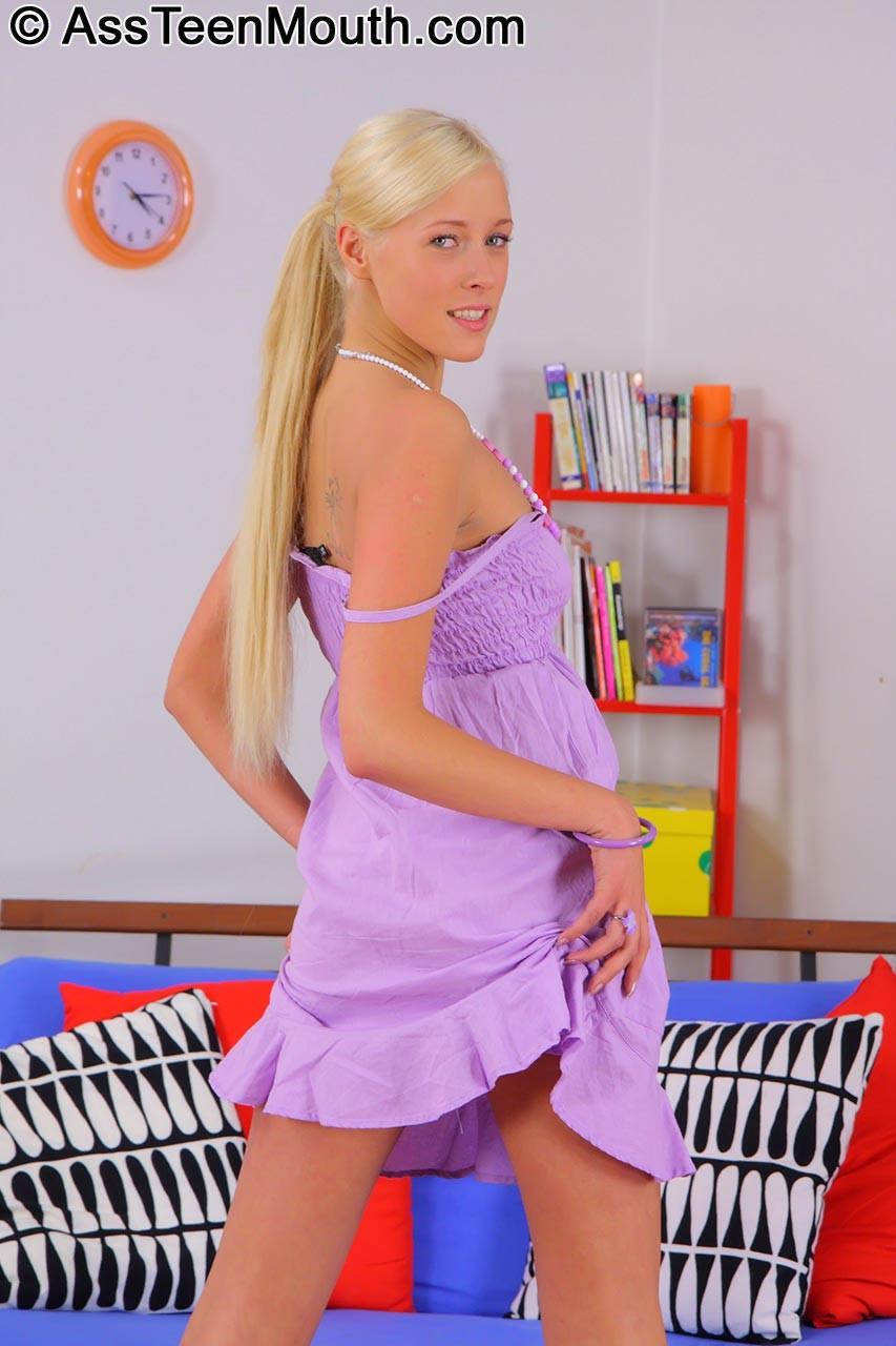 Молодая русская блондинка в первый раз занимается анальным сексом