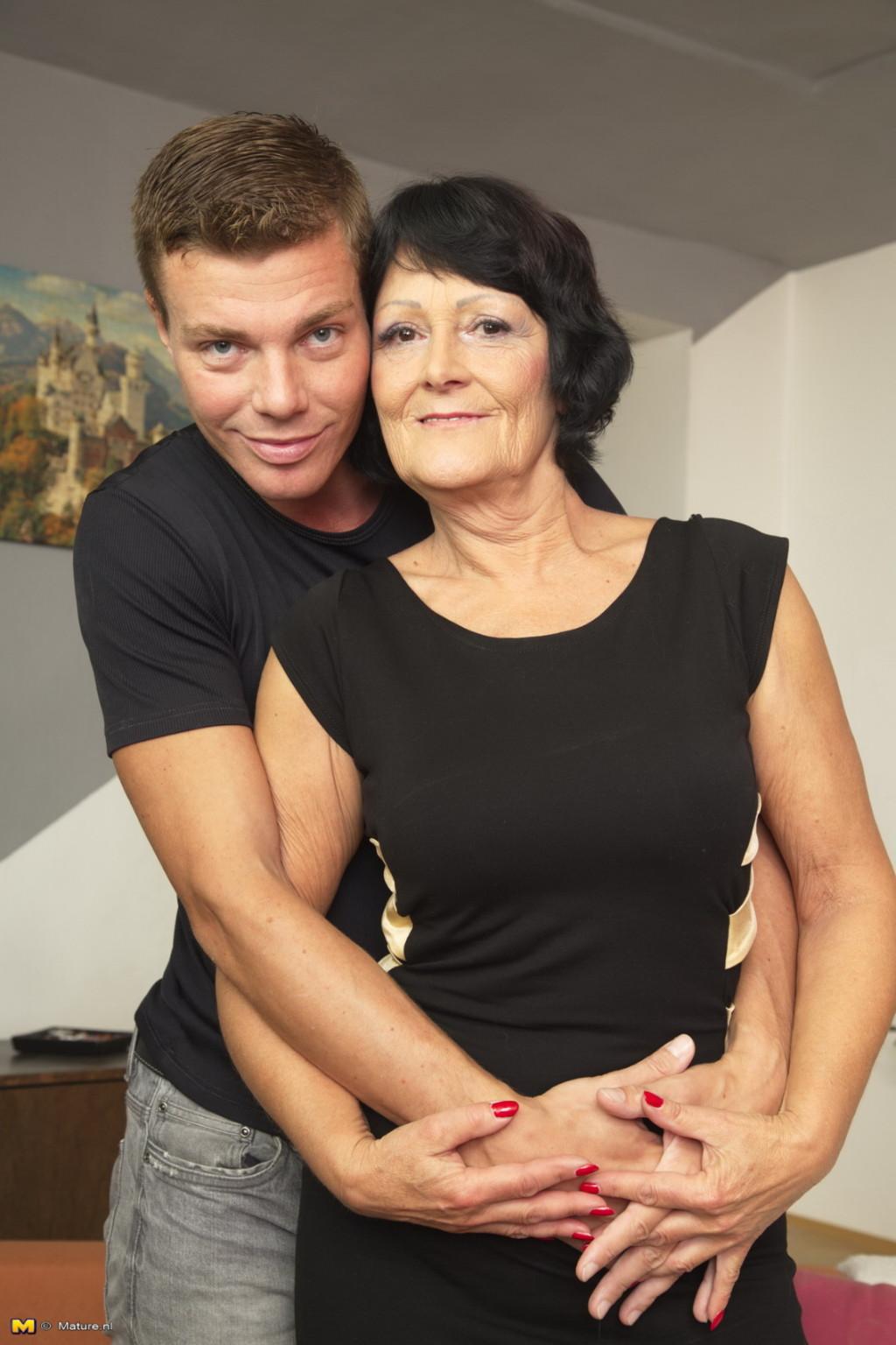 Молодой красавчик доставляет удовольствие зрелой женщине, даря ласке ее немолодой груди