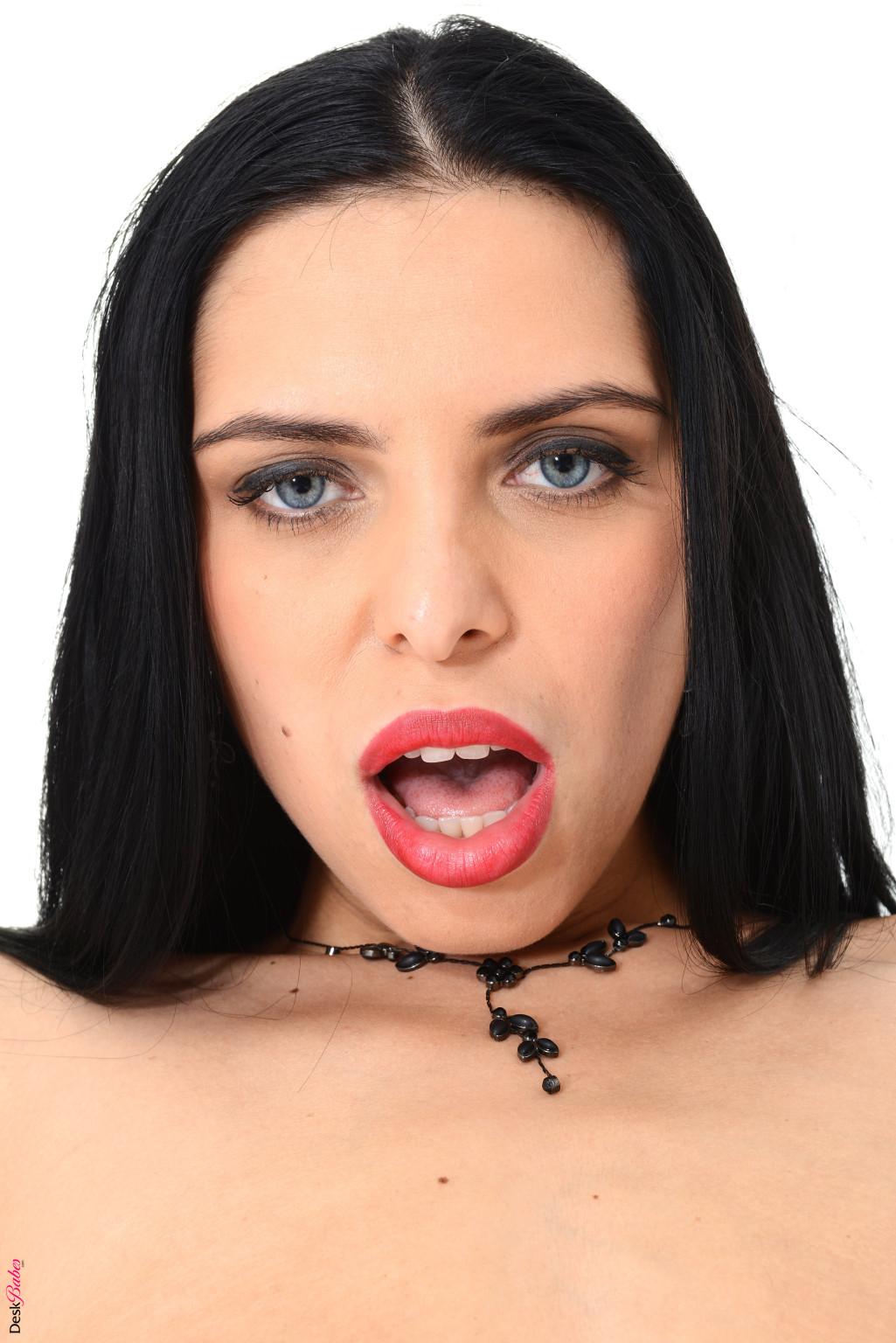 Кира Куин - эффектная брюнетка, которая готова раздеться перед камерой и показать, как она вставляет фаллос