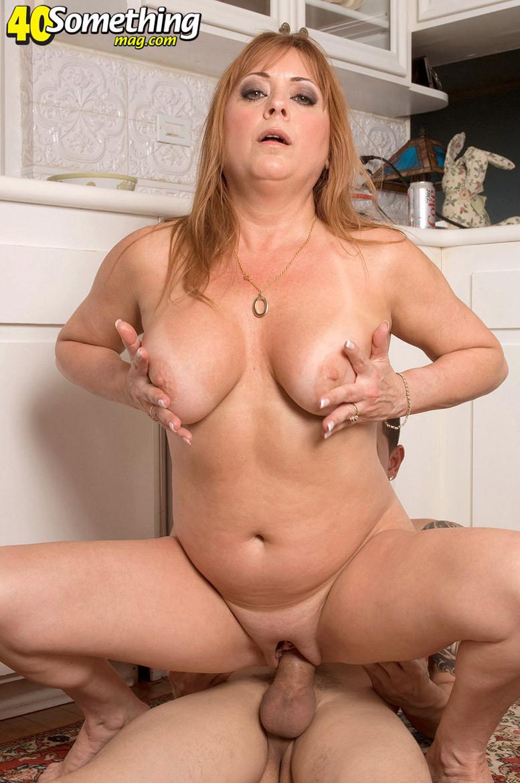 Джиджи Джевелс – опытная мадам с пышным телом, которая с удовольствием принимает в себя мужской член