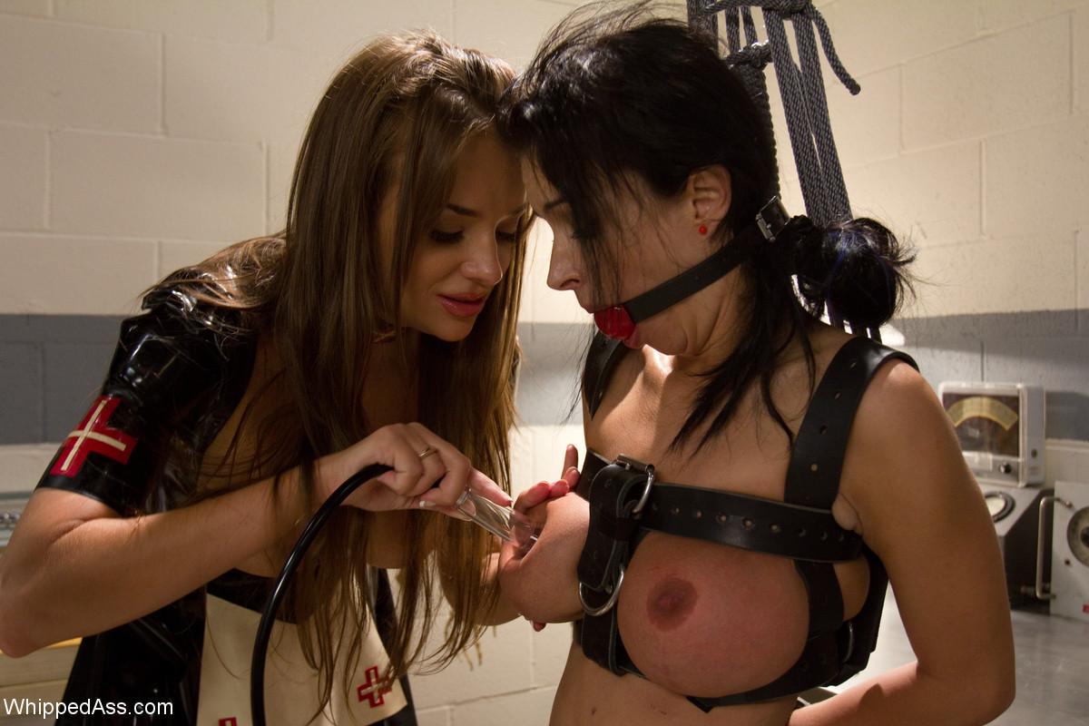 Ласковая и заботливая медсестра устроила сеанс сексотерапии прямо на кушетке в своем кабинете