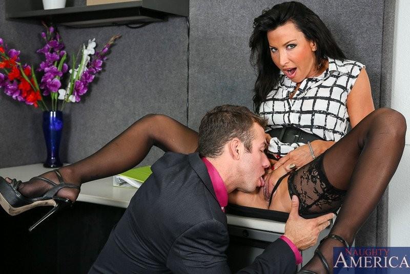 Секретарша любит, когда босс лижет ей пизду перед тем, как выебать в жопу на своем рабочем столе