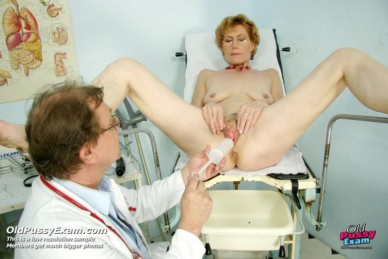 Зрелая Мила в очках расставляет ноги перед развратным доктором и разрешает ему рассмотреть себя всю