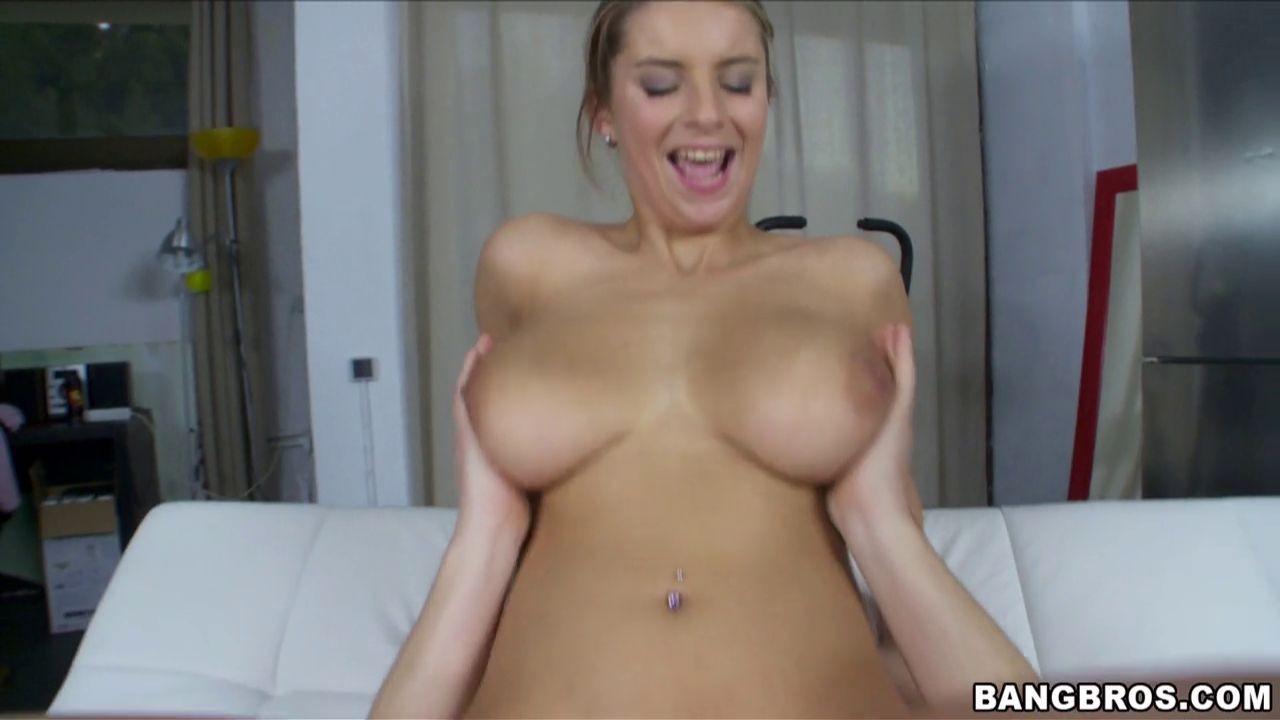 Девка с большой натуральной грудью занялась классическим сексом