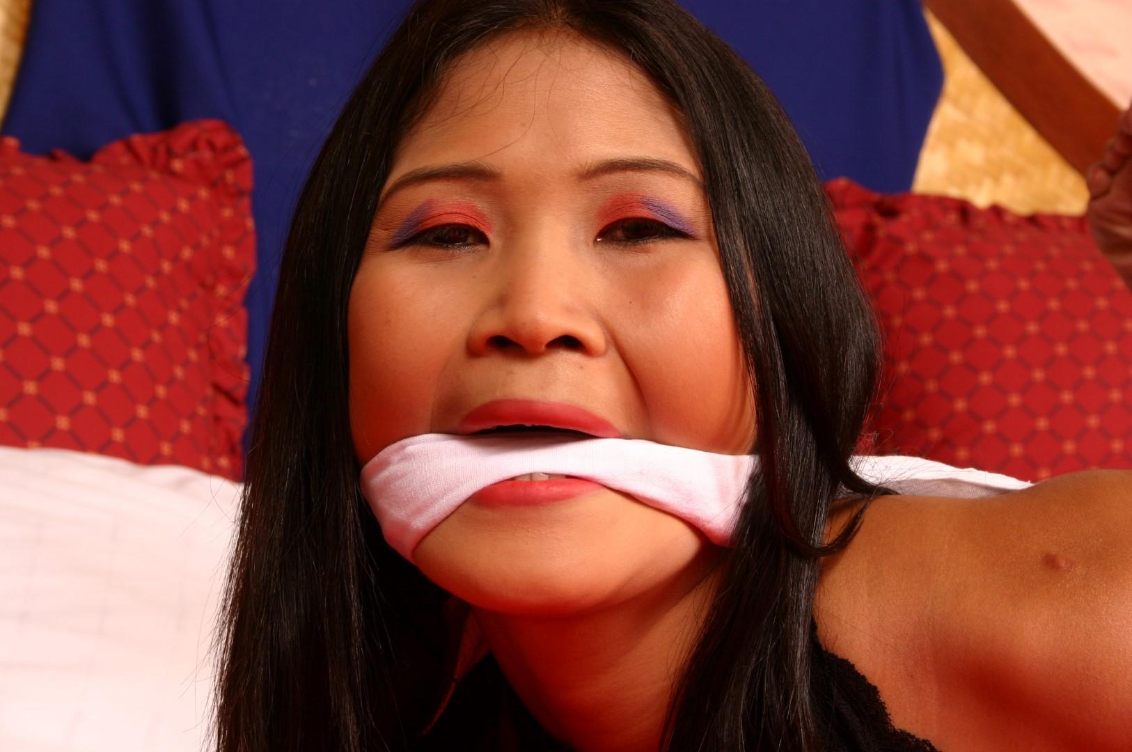 Мичико - азиатская красотка, которая показывает себя в связанном виде, она ничего не может сделать