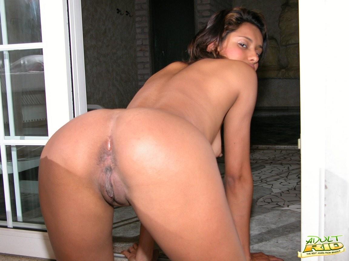 Горячая бразильянка забывает о стеснении и показывает свое смуглое тело перед камерой