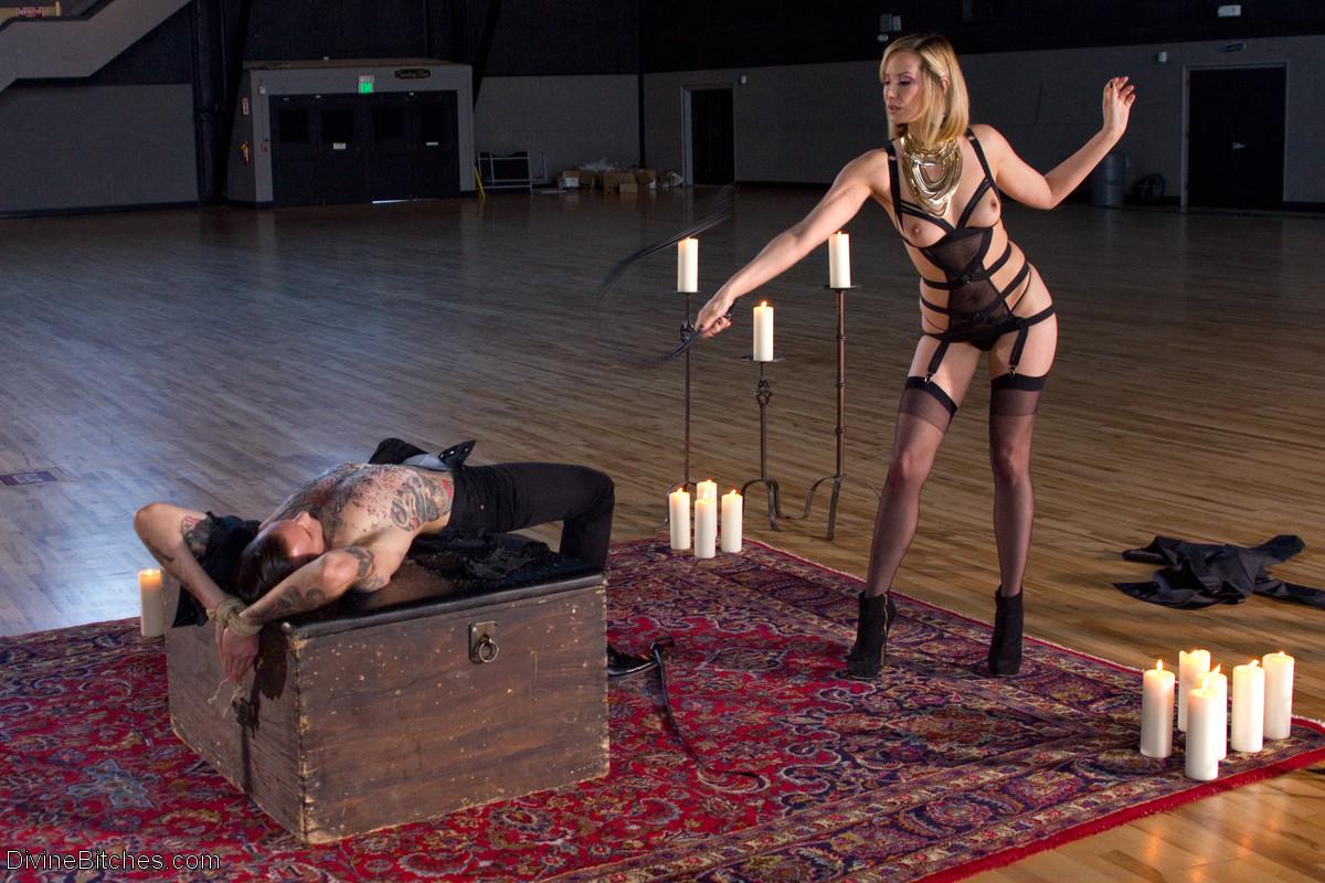 Опытная дамочка показывает, как она может развлекаться, пробуя себя на месте мужчины